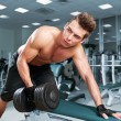 Muscular man working his biceps — Foto Stock