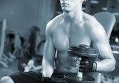 Adam bir spor salonunda egzersiz — Stok fotoğraf
