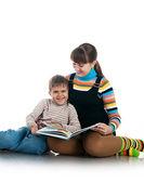 Vrouwen lezen van het boek aan haar zoon — Stockfoto