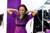 Trata de mujer joven en un collar — Foto de Stock