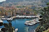 Yates y apartamentos en puerto fontvielle en monte carlo — Foto de Stock