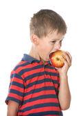 мальчик, держащей яблоко — Стоковое фото