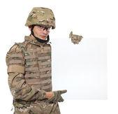 Soldado moderno segurando um cartaz — Foto Stock