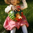 Little girl in a straw hat with a ball — ストック写真