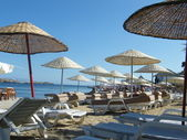 Şemsiye plaj ve deniz — Stok fotoğraf