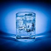 Glas vatten med is — Stockfoto