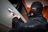 强盗和小偷在蒙版中的劫持这辆车 — 图库照片
