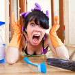 Hausfrau wäscht eine Etage — Stockfoto #5173097