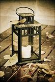 Staré lucerny a podzimní listí. — Stock fotografie