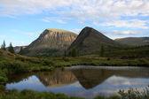 горы отражаются в озере — Стоковое фото