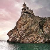 известный замок ласточкино гнездо возле ялты в крыму — Стоковое фото
