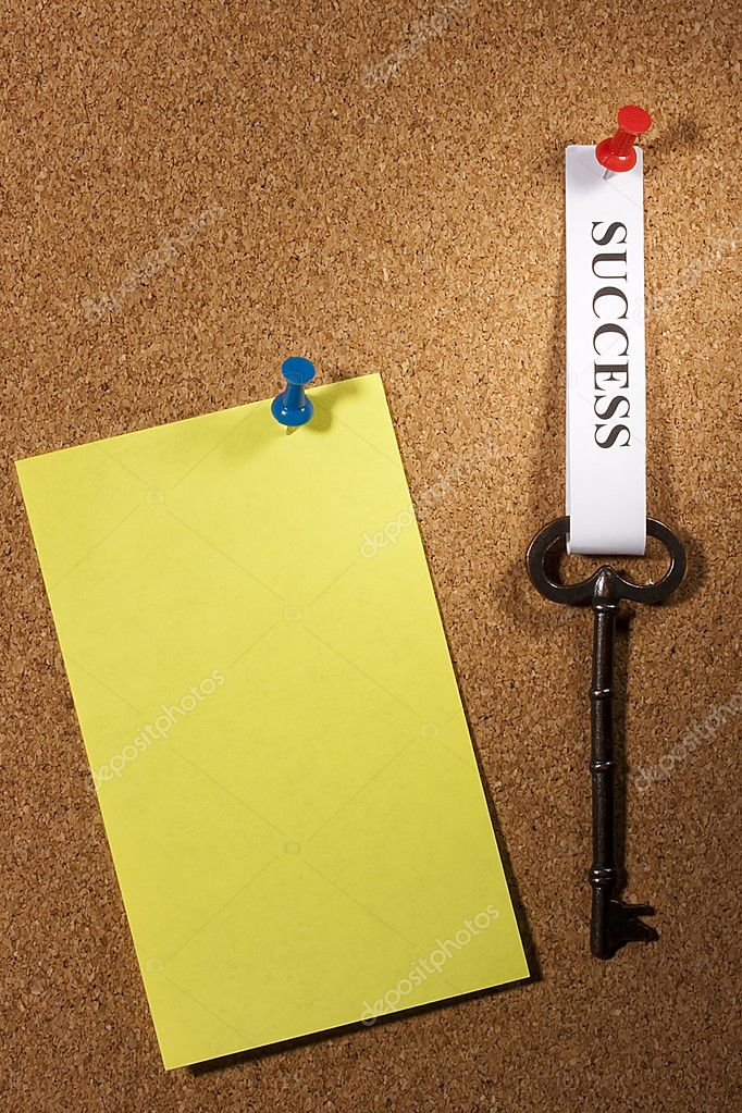 Key with a success tag pinned on a brown board. Add your text to the background. — Stock Photo #4978282