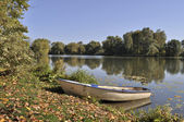 Boat on the lake bank in autumn — Stock Photo