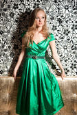 гламурная девушка в зелёном платье — Стоковое фото