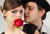 Rose et jeune couple — Photo