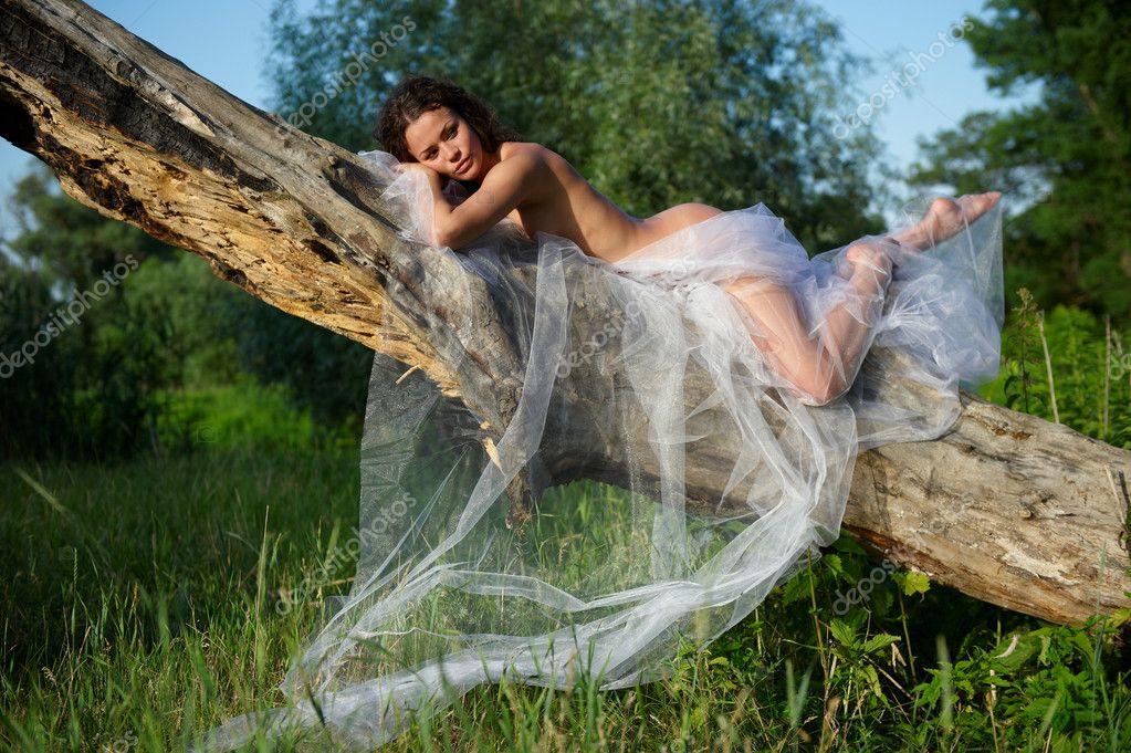 Перевозбужденная голая женщина возле речки  256709