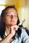женщины курение в кафе и глядя сбоку — Стоковое фото