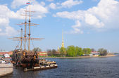 Frigate near Peter and Paul cathedral in Saint-Petersburg Russia — Stock Photo