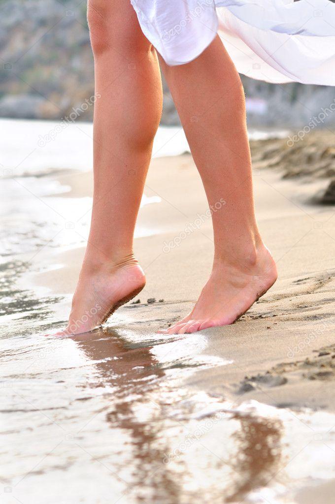 Женские босые ноги
