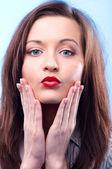 Seksi uzun saçlı bir iş kadını koyu kırmızı dudaklar ile bakıyor — Stok fotoğraf