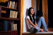žena na okno — Stock fotografie