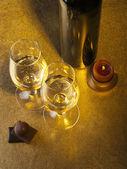 Flasche, Glas mit Wein und Kerze — Stockfoto