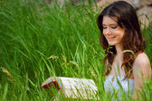 Beautiful young woman reading — Stock Photo