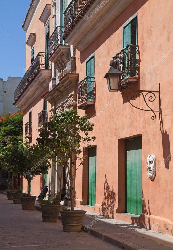 粉紅色繪老房子與街頭的燈和郵箱