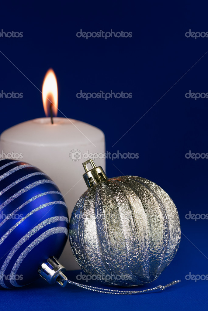 Christmas candle & wintery decorations on a dark blue background — Stock Photo #4222993