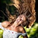 jonge vrouw met haar fladderende — Stockfoto