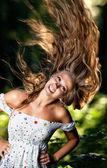 молодая женщина с развевающиеся волосы — Стоковое фото