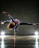 νεαρή γυναίκα χορεύτρια — Φωτογραφία Αρχείου