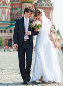 Para młoda ślub spaceru — Zdjęcie stockowe