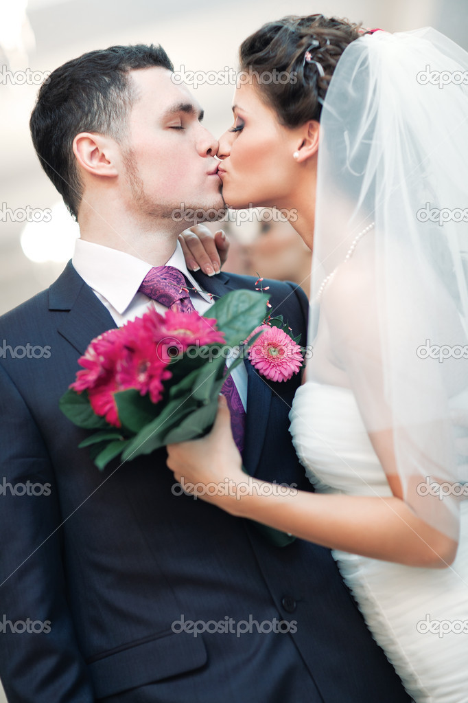 Young wedding couple kissing. Bright white colors. — Stock Photo #4698293