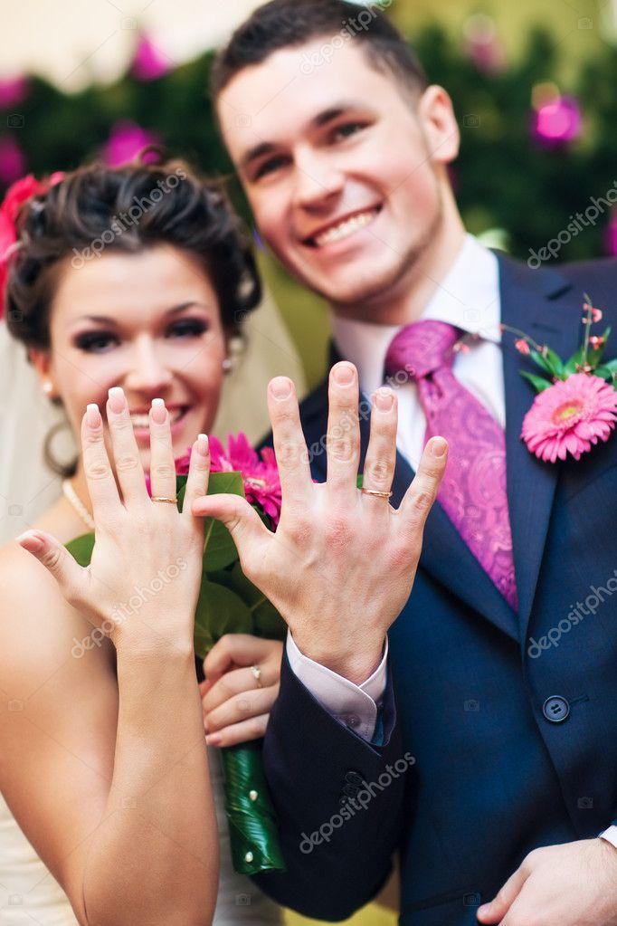 Кто покупает кольцо жениху на свадьбу