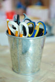 A bunch of art supplies jumbled up in a tin can — Стоковое фото