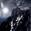 Moonlit night and clouds on night sky in the mountains — ストック写真