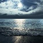 Księżycowa noc i chmury na nocnym niebie na morzu — Zdjęcie stockowe