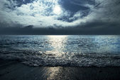 Moonlit night and clouds on night sky in the sea — Stock Photo