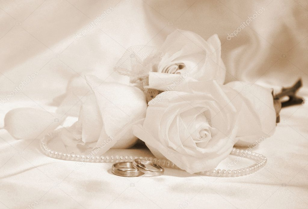 Wedding rings and roses can use as background — Stock Photo #5287964