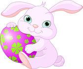 Conejo de pascua tiene huevo — Vector de stock