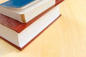 テーブルの上の 2 冊の本. — ストック写真