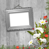 Cornice grunge con mazzo di fiori sullo sfondo in legno — Foto Stock