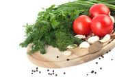 白い背景の上のまな板の上の未加工野菜 — ストック写真