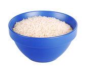 Arroz basmati cru em uma tigela de cerâmica azul no branco b isolado — Foto Stock
