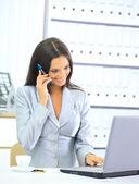在办公室使用便携式计算机的女商人 — 图库照片