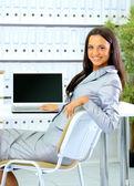 Donna d'affari, mostrando il display bianco — Foto Stock