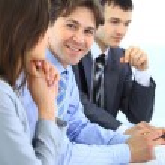 portrét jistý mladý podnikatel podepsání smlouvy během setkání — Stock fotografie