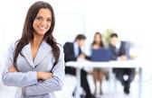 Portrét úspěšná podnikatelka a obchodní tým na setkání úřadu — Stock fotografie