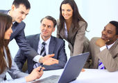 Wielu etnicznych biznesmenów na spotkaniu, omawiając pracę — Zdjęcie stockowe
